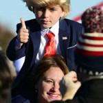 10月13日、子供をトランプ氏に仮装させペンシルベニア州の集会に参加する支持者