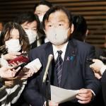 菅義偉首相らとの「GoToトラベル」の運用に関する協議を終えて、報道陣の取材に応じる赤羽一嘉国土交通相(中央)=24日午後、首相官邸