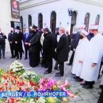 ウィーン銃撃テロ事件の犯行の場で追悼する宗教関係者(2020年11月6日、ウィーン市内、オーストリア国営放送中継放送から)
