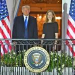 10月26日、自身による指名3人目の連邦最高裁判事、エイミー・バレット氏(右)とホワイトハウスのバルコニーで並ぶトランプ大統領