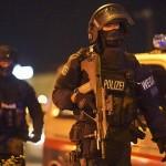 2日、銃撃事件を受けてウィーン中心部に展開する重武装のオーストリア警察(AFP時事)