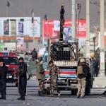 21日、アフガニスタンの首都カブールで、ロケット弾が発射された車を調べる治安部隊(EPA時事)