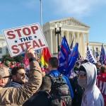 米連邦最高裁前で大統領選に不正があったと抗議するトランプ大統領の支持者たち(山崎洋介撮影)