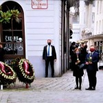 ウィ―ン銃撃テロ事件の犯行場所で犠牲者を追悼するオーストリア政府首脳陣(2020年11月3日、ウィーン市内で、オーストリア国営放送の中継放送から)