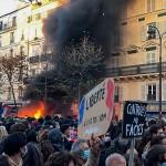 8日、パリで、新法案に反対しデモを行う人々(時事)