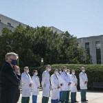 10月3日、新型コロナウィルスに感染したトランプ大統領が入院したウォルター・リード米軍医療センターで記者会見する医師団。左端は会見を見守るメドウズ大統領首席補佐官