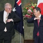 会談前に笑顔を見せる菅義偉首相(右)とオーストラリアのモリソン首相=17日午後、首相官邸
