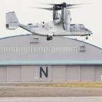 陸自、試験飛行で輸送機オスプレイがホバリング