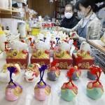 モーすぐ出番、来年の干支「丑」の博多人形