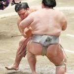 三役の意地、関脇の御嶽海が北勝富士に快勝