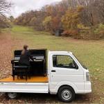 観光地で大自然を背景に「軽トラピアノ」