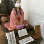 方広寺本堂にある井伊直政の母の像はマスクを着用している