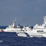 沖縄県尖閣諸島海域で、中国公船(奥)を監視する海上保安庁の巡視船(海上保安庁提供)