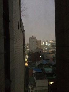 窓から見える明洞方面の街の灯り