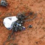 オーストラリアのウーメラ砂漠に無事着地してパラシュート共に発見された、はやぶさ2カプセル(JAXA提供)