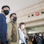 裁判所で報道陣の取材に応じる(左から)黄之鋒氏、林朗彦氏、周庭氏=11月23日、香港(時事)