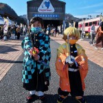 碓氷峠鉄道文化むらではコラボイベントを実施。子供たちはキャラクターになりきりポーズをとる