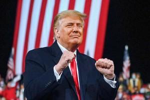 5日、米ジョージア州での集会で、こぶしを握るトランプ大統領(AFP時事)