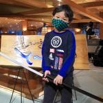 会津若松市の芦ノ牧温泉大川荘のロビー。市松模様のマスクを着用しポーズをとってくれた