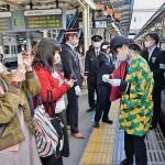 駅員もキャラクター同様の羽織を着用。記念に写真を撮る乗客もいた。