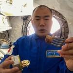 福井県の高校生が開発したサバの缶詰を食べる宇宙飛行士の野口聡一さん(Youtubeより)