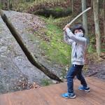 剣術の新陰流で知られる奈良県の柳生町。その昔、柳生石舟斎が天狗と対峙し斬ったはずの天狗が消え、切られた石が残ったという伝説がある天乃石立神社の「一刀石。ここに来れば劇中のシーンを再現したくなる
