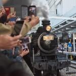 「無限」のヘッドマークを付けたSLを一目見ようと鉄道ファンと鬼滅ファンが入り乱れるJR博多駅のホーム