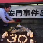 天安門事件の犠牲者の追悼のため花が手向けられた = 4日午後、東京・JR渋谷駅前