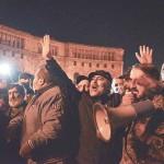 11月10日、エレバンの政府庁舎前で、ナゴルノカラバフ紛争をめぐるアゼルバイジャンとの停戦合意に抗議するアルメニアの人々(AFP時事)