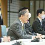 新型コロナウイルス感染症対策本部で発言する菅義偉首相(左から2人目)=28日午後、首相官邸(時事)