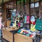 白虎隊自刃の地で知られる会津若松市の飯盛山参道にある土産物屋では「白虎刀」の売り上げが好調。鬼滅グッズも店頭に並ぶ