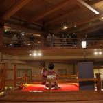鬼の元締めがいる「無限城」に似ているという会津若松市の芦ノ牧温泉大川荘のロビー。記念に写真撮影する宿泊客が絶えない。