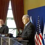 11月19日、エルサレムでポンペオ米国務長官(左)との会談後、共同声明を発表するイスラエルのネタニヤフ首相(UPI)