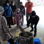 家族連れ18人参加、しめ縄作りと餅つきを体験