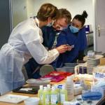 8日、パリの公共施設でワクチン受け入れの準備を進める医療関係者(UPI)