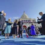連邦議会議事堂前でロバーツ連邦最高裁長官(右端)による就任宣誓式に立つバイデン大統領(左手前)