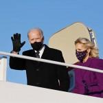 19日、米首都ワシントン近郊のアンドルーズ空軍基地に到着したバイデン次期大統領(左)とジル夫人(AFP時事)