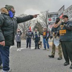 支持・反対デモの衝突はなかったが、少人数の小競り合いはあった。保守派(右側)に抗議するバイデン大統領支持者(左側)