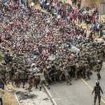 7日、グアテマラ南東部チキムラ近郊で、中米の移民集団「キャラバン」をめようとする軍(EPA時事)