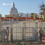 鉄条網、フェンス、州兵に囲まれ殺風景な式典会場の連邦議会周辺