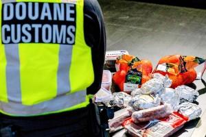 オランダ税関が没収した英国からの入国者の食品=6日、南西部フクファンホラント(AFP時事)