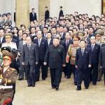 12日、第8回朝鮮労働党大会で新たに選出された党指導部メンバーと錦繍山太陽宮殿を訪問する北朝鮮の金正恩総書記(中央)(朝鮮通信・時事)