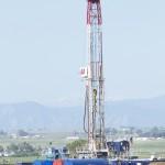 米コロラド州東部のロッキー山脈近辺にあるフラッキングによる石油採掘施設。大量の水を使い高圧力で地下を掘削する(UPI)