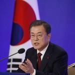 2020年1月14日、ソウルで記者会見する韓国の文在寅大統領(EPA時事)