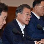 青瓦台(大統領府)で開かれた国務会議に出席した文在寅大統領(中央)と李洛淵首相(左端)=2019年8月、韓国紙セゲイルボ提供