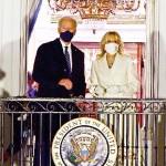 20日、ホワイトハウスのバルコニーに立つバイデン米新大統領(左)とジル夫人(AFP時事)
