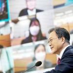 18日、ソウルの韓国大統領府で記者会見する文在寅大統領(韓国大統領府提供・時事)