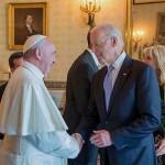 訪米したフランシスコ教皇と握手するバイデン副大統領(当時)=2015年9月23日、ホワイトハウスで、ウィキぺディアから