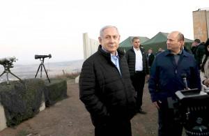シリア国境に近いゴラン高原のイスラエル陸軍基地を訪れたネタニヤフ首相(写真中央)=2019年11月24日(UPI)
