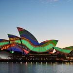 アボリジニの彩り、オペラハウスをライトアップ